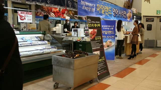 lobsters imported from the us are displayed for sale at a lotte shopping co lotte mart in seoul south korea on wednesday oct 30 a customer browses... - 売り出し中点の映像素材/bロール