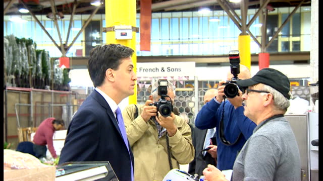 campaigning continues england london int ed miliband mp selecting red roses at indoor flower market miliband paying for flowers miliband along... - ed miliband stock-videos und b-roll-filmmaterial