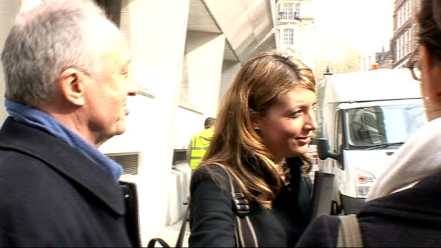 vidéos et rushes de candidates canvassing livingstone speaking sot channel 4 has got exclusive rights to me on the tube today freeze frame johnson speaking sot channel 4... - exclusivité