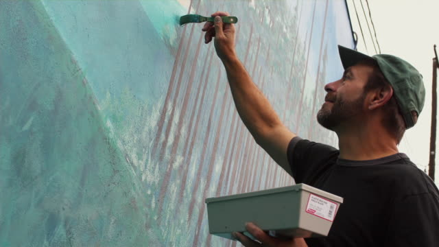 cu la local artist working on outdoor mural / portland, oregon, usa - paintings stock videos & royalty-free footage