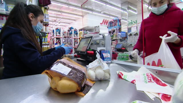vídeos de stock e filmes b-roll de local assistance programmes in rome buying food and delivering to the elderly and isolated during the coronavirus crisis - vendas