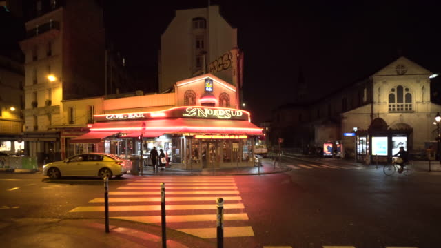 stockvideo's en b-roll-footage met local bars in montmartre, paris on a winter city break at night. - bar gebouw