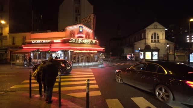 vidéos et rushes de local bars in montmartre, paris on a winter city break at night. - signalisation