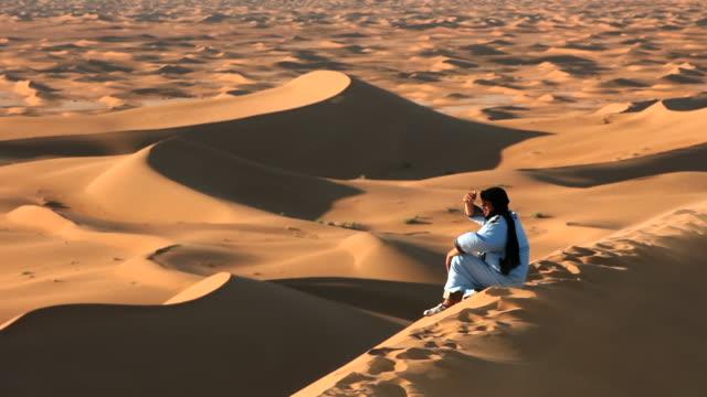 vidéos et rushes de local berber man on sand dune - minorité