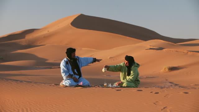 vidéos et rushes de local berber nomads making tea - maroc