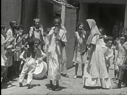 vidéos et rushes de ms, composite, b/w, local boy (3-4) and two women dancing amongst clapping crowd of kids on street, havana, cuba - antilles occidentales