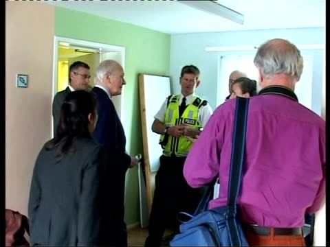 menzies campbell visit to malvern ext general views of pickersleigh community centre int more of campbell speaking with group of police officers and... - sir menzies campbell bildbanksvideor och videomaterial från bakom kulisserna