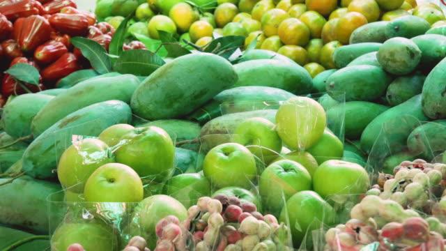 stockvideo's en b-roll-footage met lokale fruit kraam. - sale