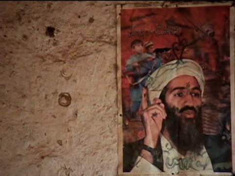 stockvideo's en b-roll-footage met local gun making factory with portrait of usama bin laden on wall, darrah in swat agency of tribal zones, federally administered tribal areas,... - mannelijke gelijkenis