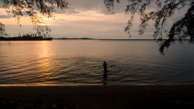 海で魚を捕まえる漁師の地元のライフスタイル - 網状点の映像素材/bロール