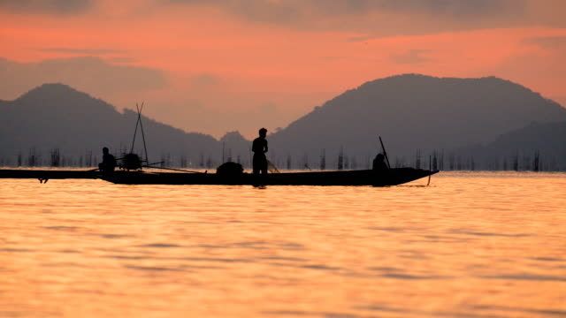 Lokale Lebensstil der Fischer in den Sonnenaufgang am Morgen arbeiten.