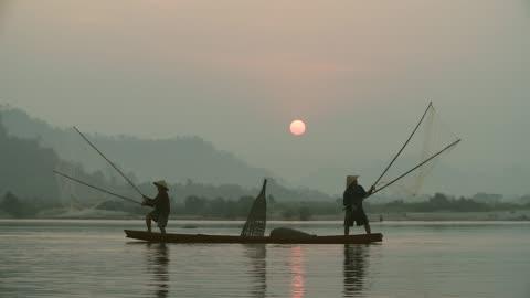 當地的生活方式的漁夫在早晨日出工作。 - 傳統 個影片檔及 b 捲影像