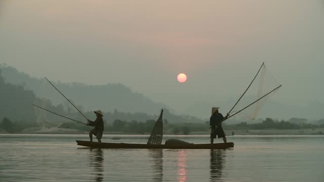 vídeos de stock e filmes b-roll de local lifestyles of fisherman working in the morning sunrise. - camboja