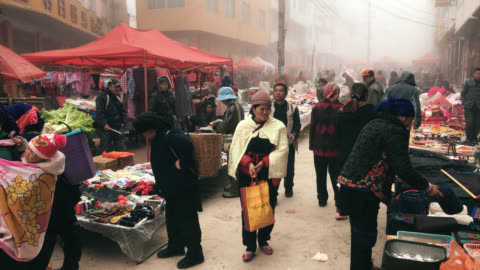 lokalen markt am morgen in yuanyang china - chinese culture stock-videos und b-roll-filmmaterial