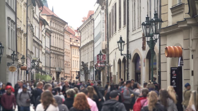 local market with crowds of traveller in prague - praga video stock e b–roll