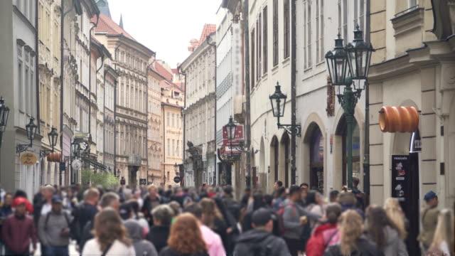 vídeos de stock e filmes b-roll de local market with crowds of traveller in prague - praga boémia