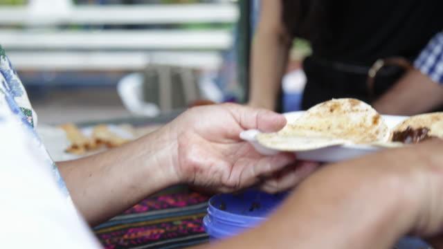 vídeos y material grabado en eventos de stock de cu local mexican woman preparing street food for tourists and local people. - mérida méxico
