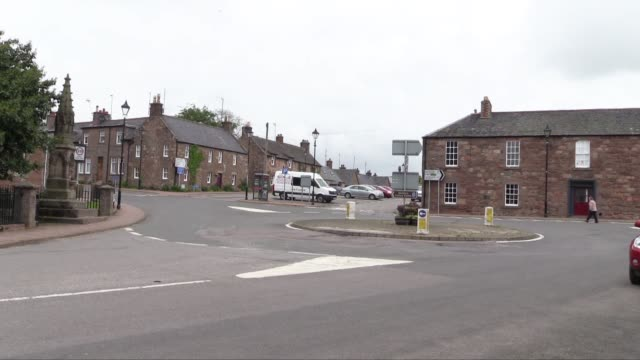 a local newspaper the dundee courier is doing 'referendum roadshows' in various towns and villages seeking public opinion before the september 'in or... - スコットランド ダンディー点の映像素材/bロール