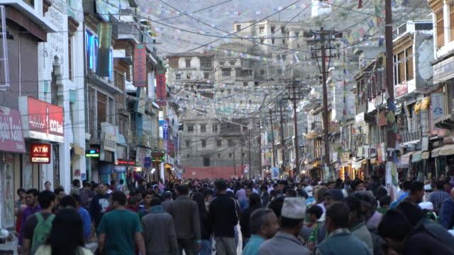 vídeos de stock e filmes b-roll de local people and tourist enjoying the evening on the central very busy street in leh, ladakh - vendedor trabalho no comércio