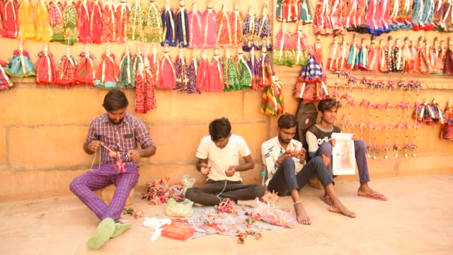 local people making puppets, jaisalmer, india. - puppentheater figur stock-videos und b-roll-filmmaterial