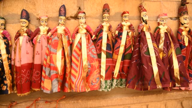 vídeos de stock e filmes b-roll de local people making puppets, jaisalmer, india. - marionete