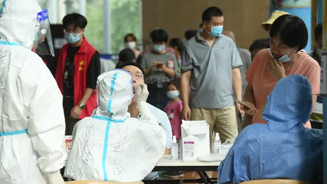 vídeos y material grabado en eventos de stock de local residents line up for nucleic acid testing at a temporary covid-19 testing center on june 5, 2021 in guangzhou, guangdong province of china. - epidemia