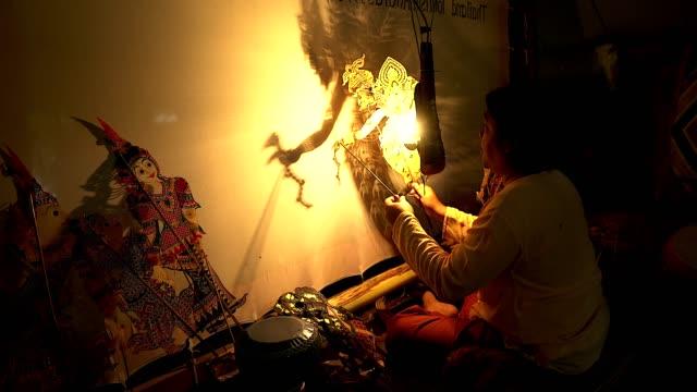 """vídeos y material grabado en eventos de stock de locales tailandés gente haciendo llamada tradicional de mostrar de la marioneta del tailandia meridional """"nang ta pulmonar"""" - marioneta"""