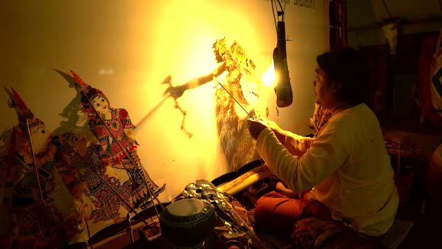 "vídeos de stock e filmes b-roll de local thai people making traditional southern thailand puppet show call""nang ta lung"" - fantoche"
