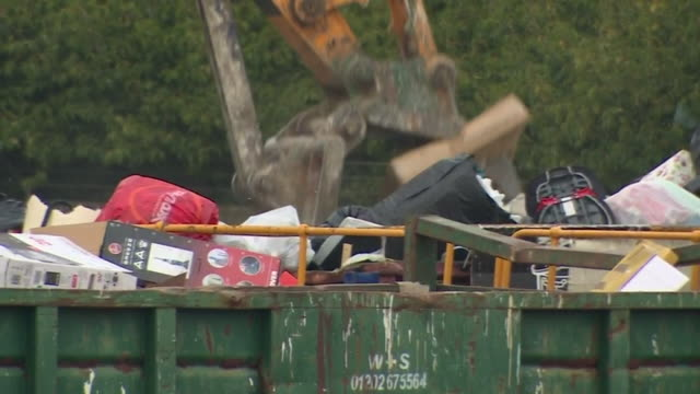 local tip household waste and recycling centre jcb squashing rubbish down - gratuity stock videos & royalty-free footage