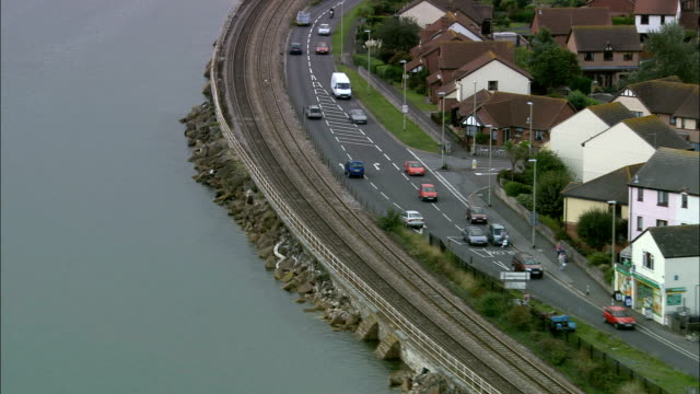 Lokale trein langs Exe estuarium - luchtfoto - Engeland, Devon, Teignbridge District, Verenigd Koninkrijk
