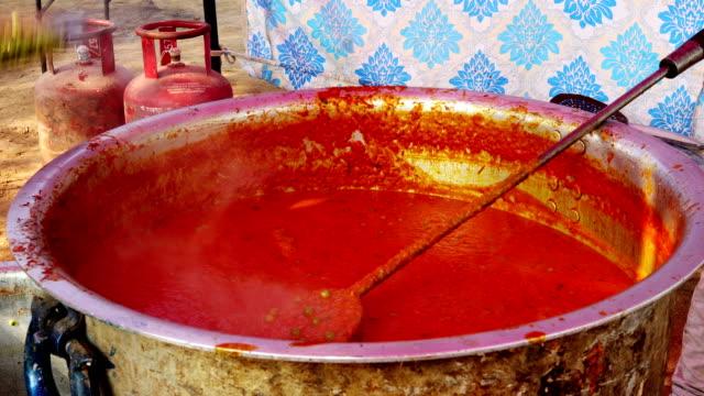 lokale anbieter shahi paneer gemüse zu hause kochen. - servierfertig stock-videos und b-roll-filmmaterial