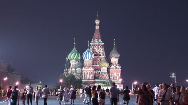 vídeos y material grabado en eventos de stock de ws locals and tourists milling around st. basil's cathedral in red square at night / moscow, russia - plaza roja