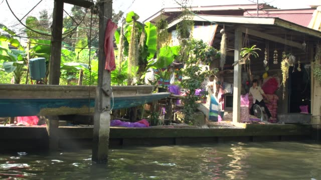 vidéos et rushes de locals and tourists visiting damnoen saduak floating market not far from bangkok, thailand - vendeur ambulant