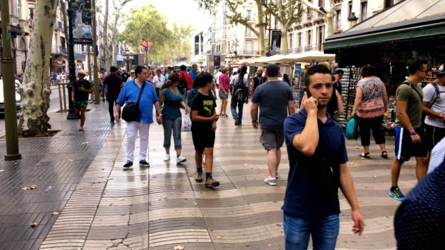 vídeos y material grabado en eventos de stock de locals and tourists walk along las ramblas as life returns to normal following thursday's terrorist attack on august 19 2017 in barcelona spain a... - isis