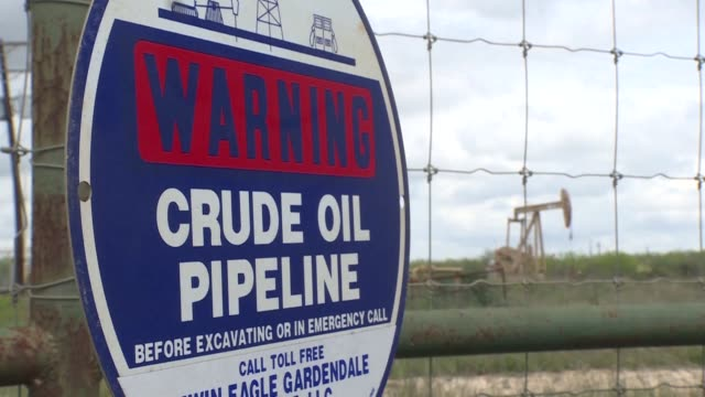 located in the heart of the eagle ford shale surrounded by pumpjacks and pipelines lies cotulla with its 4,000 residents and 24 hotels - circondare video stock e b–roll