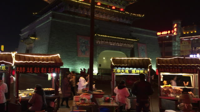 located in the right center of kaifeng the drum tower square is paradise of various local flavors every night stall owners push their traditional... - 河南省点の映像素材/bロール