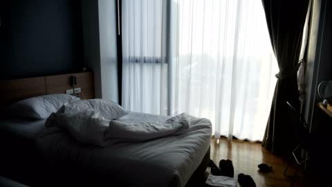 vídeos y material grabado en eventos de stock de ubicación de una luz de mañana interior del dormitorio. concepto de: vacaciones, hotel, relax, dormitorios. - habitación