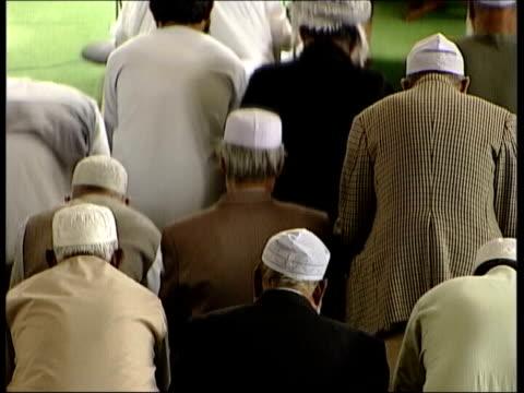 muslim men praying r10110402 london leicester square slow motion comedian rowan atkinson and wife arriving for film premiere of 'bridget jones edge... - ローワン アトキンソン点の映像素材/bロール