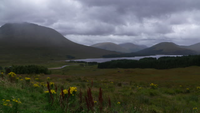 vidéos et rushes de loch tulla with black mount in the scottish highlands near bridge of orchy. landscape with lake and mountains. loch tulla, scottish highlands, bridge of orchy, scotland, uk. - scottish culture