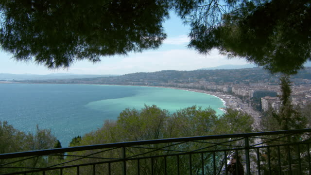 lockdown: a stunning panorama of nice from the vantage of castle hill - 夏休み点の映像素材/bロール