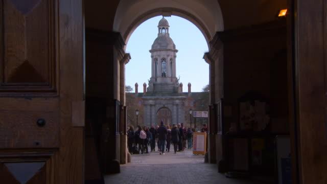 vídeos y material grabado en eventos de stock de lockdown: beautiful castle flocked by people in dublin ireland - castillo estructura de edificio