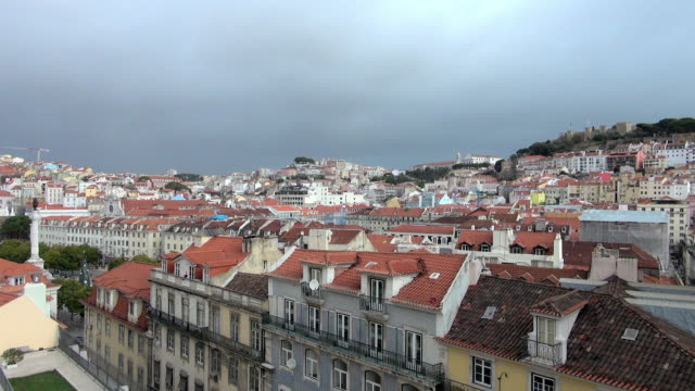 vídeos y material grabado en eventos de stock de lockdown: beautiful homes of lisbon on cloudy a day - límite