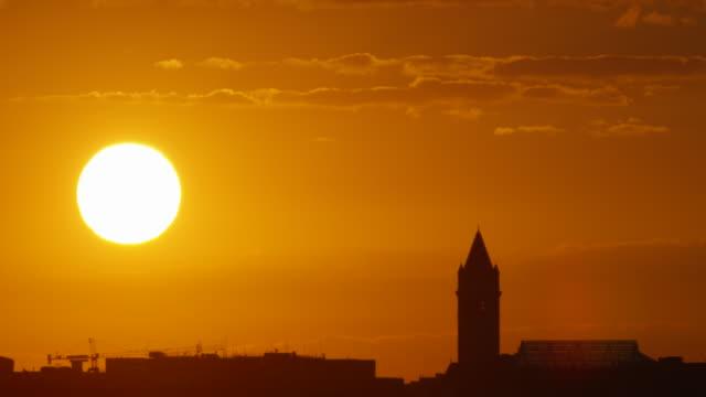 vídeos de stock, filmes e b-roll de lockdown: big bright sun above the washington dc (shot on red) - top