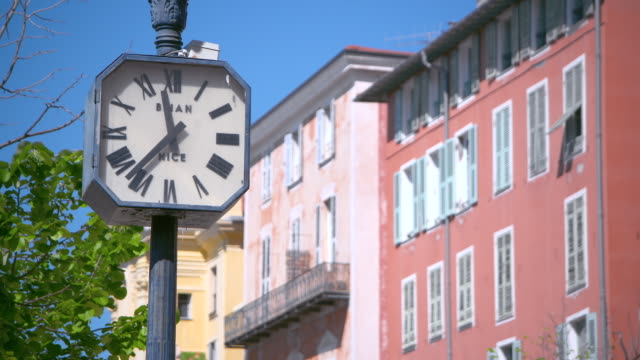 vídeos y material grabado en eventos de stock de lockdown: close-up of a clock post and architecture in sunny nice - detalle arquitectónico exterior