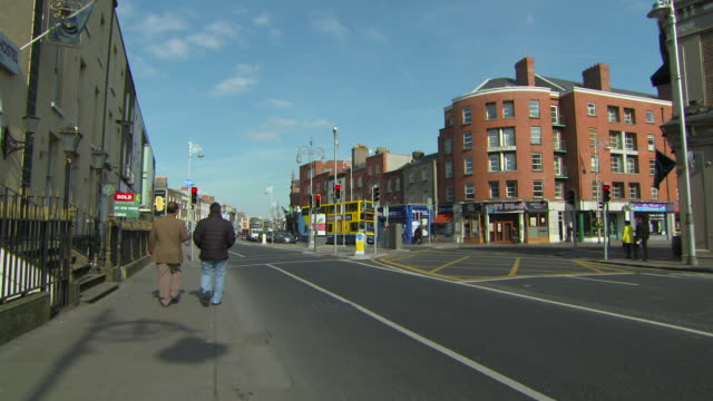 stockvideo's en b-roll-footage met lockdown: disciplined intersection in dublin ireland - gehoorzaamheid