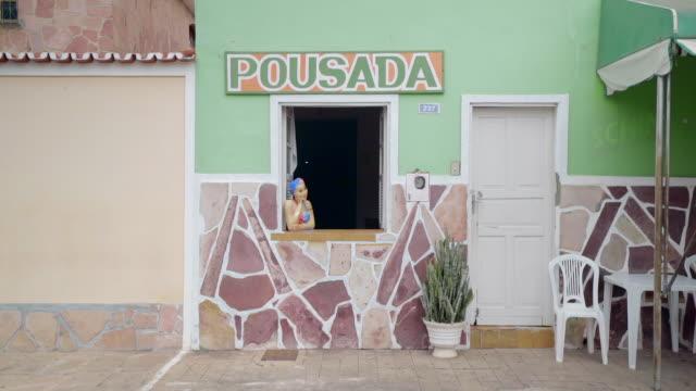 vídeos de stock, filmes e b-roll de lockdown: fake woman manikin leaning on hand in windowsill in chapada, brazil - facade