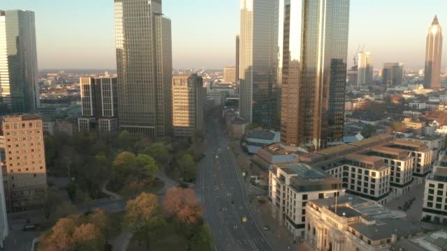 lockdown frankfurt - leere straßen während corona - luftaufnahme - hesse germany stock videos & royalty-free footage