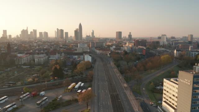 lockdown frankfurt - leere straßen zur corona zeit - drohnenaufnahme - germany stock videos & royalty-free footage