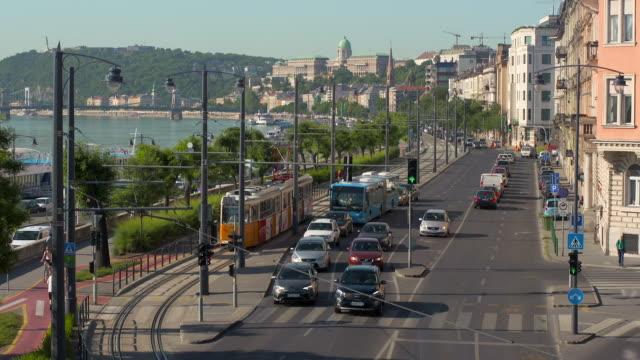 vídeos y material grabado en eventos de stock de lockdown: heavy traffic moves along waterfront roads - vehículo comercial terrestre