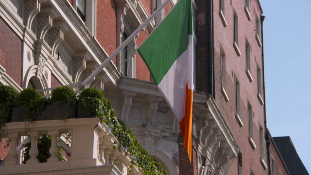 lockdown: ireland flag seen from balcony in dublin ireland - アイルランド共和国点の映像素材/bロール